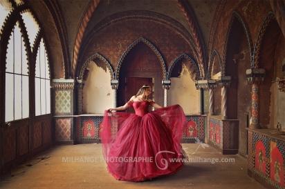 Robe disponible à la location sur ambrine.fr : https://ambrine.fr/portfolio/robe-rouge-princesse-prestigieuse/