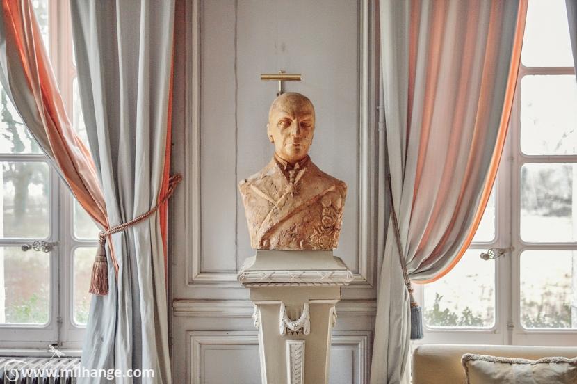 photo-urbex-chateau-des-bustes-abandonne-castle-decay-sphinx-france-9