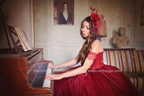 Robe disponible à la location : https://ambrine.fr/portfolio/robe-rouge-princesse-prestigieuse/
