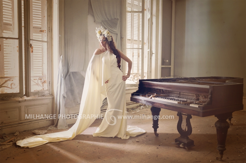 Robe disponible à la location : https://ambrine.fr/portfolio/location-robe-la-lyre-bordeaux/