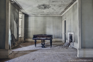 photo-urbex-chateau-de-la-lyre-abandonne-decay-piano-bordeaux-3