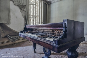photo-urbex-chateau-de-la-lyre-abandonne-decay-piano-bordeaux-8