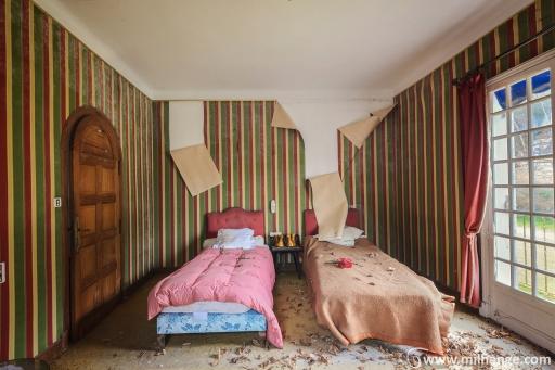 photo-urbex-hotel-kitsch-abandonne-aquitaine-4