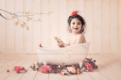 photo-enfant-bain-fleurs-baignoire-bordeaux