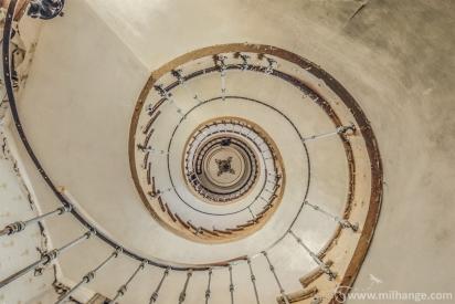 photo-urbex-escalier-ferme-templiers-abandonne-decay