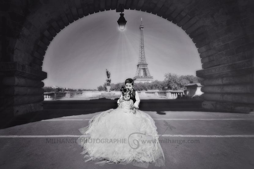 photo-enfant-frere-soeur-tour-eiffel-love-paris