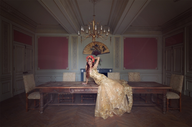 photo-urbex-chateau-dracula-robe-or-3