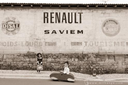 photographe-enfant-vintage- voiture- ruelle-art-bordeaux-gironde-arcachon-saintes-fraternité-1