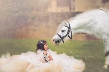 photo-enfant-cheval-feerie-conte-chateau-bridoire-dordogne-2