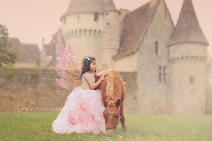 photo-enfant-cheval-feerie-conte-chateau-bridoire-dordogne