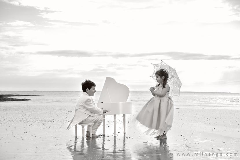 photo-enfant-frere-et-soeur-mer-plage-piano-2