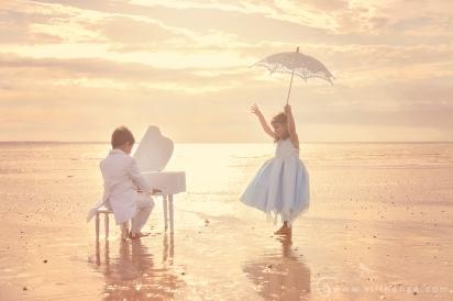 photo-enfant-frere-et-soeur-mer-plage-piano-3