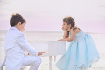 photo-enfant-frere-et-soeur-mer-plage-piano