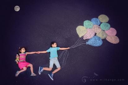 ciel-enfants-ballons-voielactée-galaxie-lune-fratrie-1