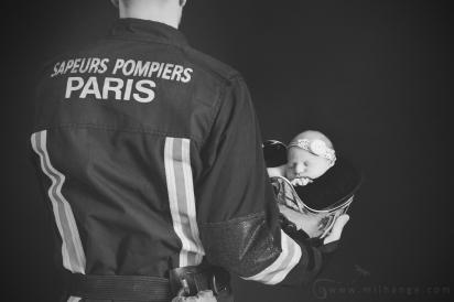 photo-pompier-paris-bebe-enfant-casque-firefighter-photographe-gironde-bordeaux-coutras