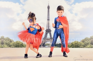 photo-enfants-super-heros-avengers-superman-supergirl-tour-eiffel-paris