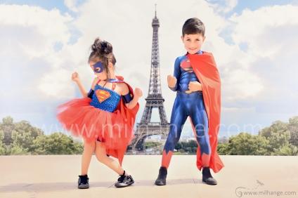 photo-enfants-super-heros-avengers-superman-supergirl-tour-eiffel-paris